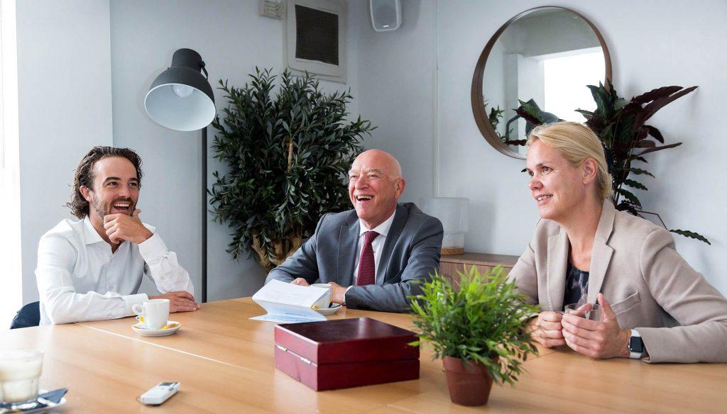 Aart van der Gaag, Sam Holtus, Leonore Nieuwmeijer en Annet de Lange aan tafel in gesprek over de Banenafspraak. ©Fotoflex.